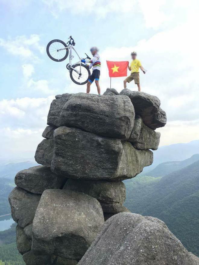 Tranh cãi việc các nhóm phượt leo lên mỏm đá cao, chông chênh ở núi Đá Chồng để chụp ảnh - Ảnh 8.