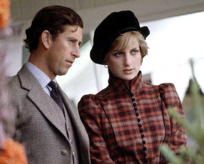 Phía sau đám cưới cổ tích là chuyện tình bi thương và cuộc đời đẫm nước mắt của Công nương Diana - Ảnh 7.