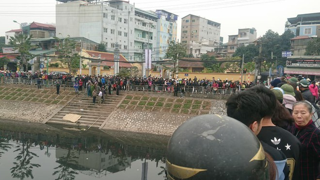 Kinh hoàng phát hiện thi thể người đàn ông trôi trên sông Tô Lịch