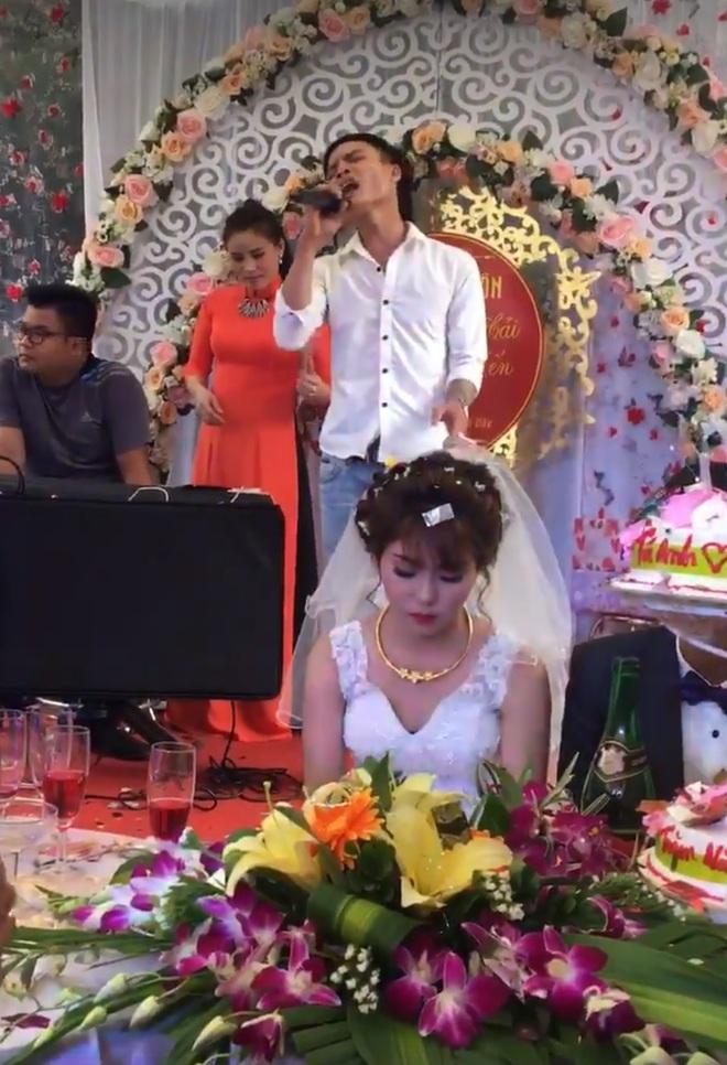 """Cô dâu mặt sắp khóc khi bạn thân chú rể hát """"Anh đã làm sai điều gì, mà em ra đi không một lời từ ly?"""" trong đám cưới - Ảnh 2."""