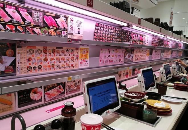 Thú vị với cách thưởng thức sushi tàu hỏa siêu nhanh ở Nhật Bản - Ảnh 3.