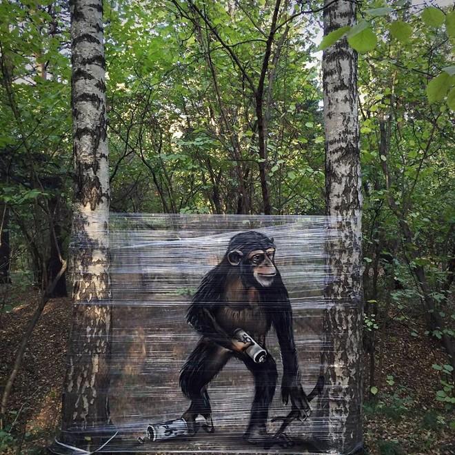 Cuốn nilon vào thân cây rồi vẽ vời, chàng họa sĩ đã làm nên tuyệt tác 3D sống động trong rừng - Ảnh 5.