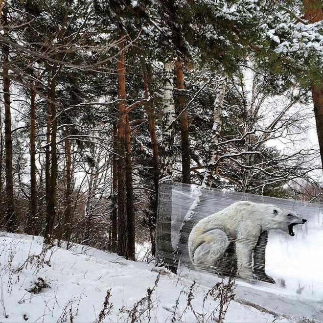 Cuốn nilon vào thân cây rồi vẽ vời, chàng họa sĩ đã làm nên tuyệt tác 3D sống động trong rừng - Ảnh 7.
