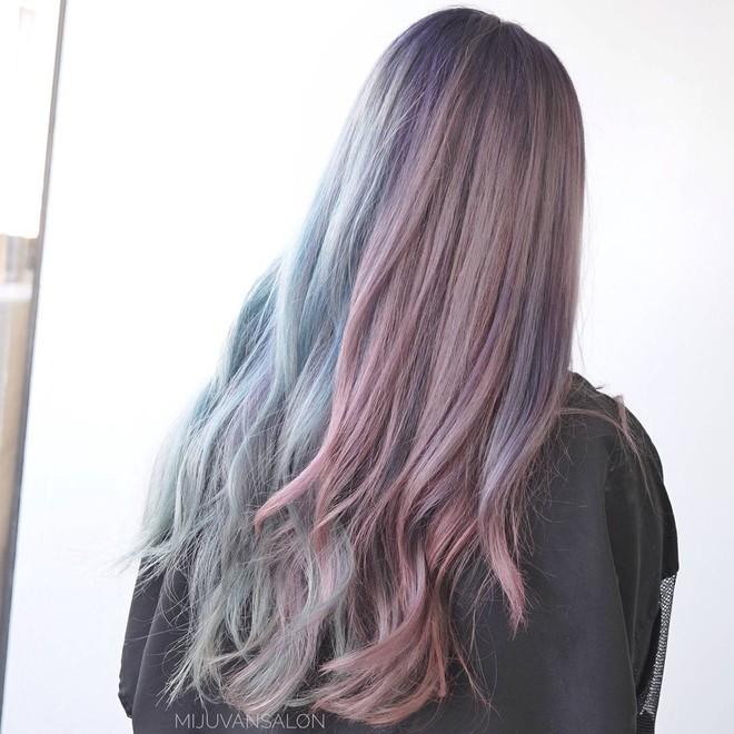 Tóc nhuộm nửa nọ nửa kia - Xu hướng tóc siêu chất chấp hết các màu nhuộm chói chang từ trước tới nay - Ảnh 4.