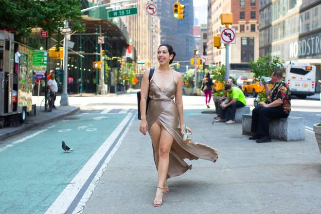 Cô nàng này đã diện thử chiếc váy lộ hàng giống Bella Hadid và đây là cái kết - Ảnh 6.