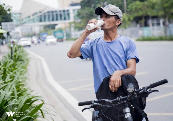 """Chàng shipper xe đạp bị khuyết tật giọng nói vẫn chăm đọc sách, học tiếng Anh và làm từ thiện: """"Nếu không cố gắng, mình sẽ bị lùi lại phía sau"""" - Ảnh 5."""
