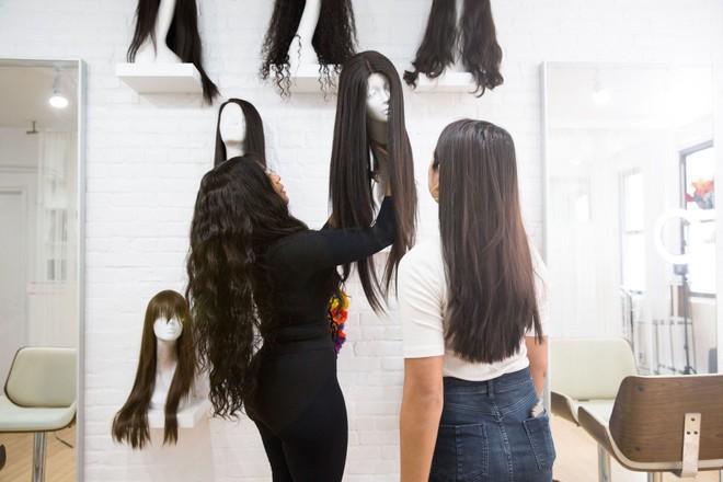 Cô nàng này đã diện thử bộ tóc giả quý tộc giá 60 triệu đồng của các sao và kết quả hết sức bất ngờ - Ảnh 5.