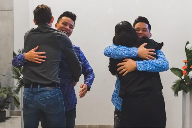 John Huy Trần ngọt ngào hôn bạn trai trong lễ thành hôn ở Canada - Ảnh 9.