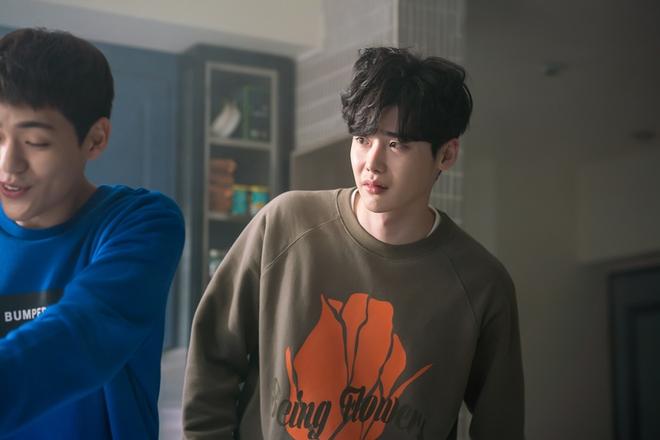 Vai trong Khi Nàng Say Giấc có gì khác loạt vai diễn trước đây của Lee Jong Suk? - Ảnh 2.