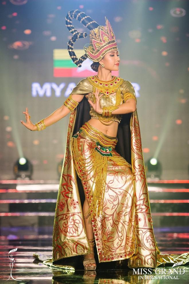 """Chuyện hy hữu: BTC """"Miss Grand International"""" công bố nhầm Top 1 bình chọn Trang phục dân tộc giữa Việt Nam và Indonesia - Ảnh 8."""