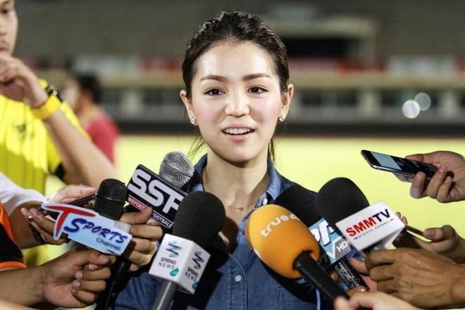 Nhan sắc trưởng đoàn Thái Lan gây sốt ở buổi họp HLV bóng đá SEA Games 29 - Ảnh 2.
