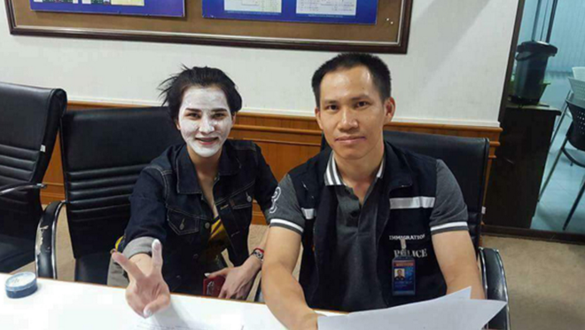 Cảnh sát Thái Lan bị chỉ trích vì chụp ảnh cười đùa với nghi phạm vụ giết người gây rúng động - Ảnh 2.