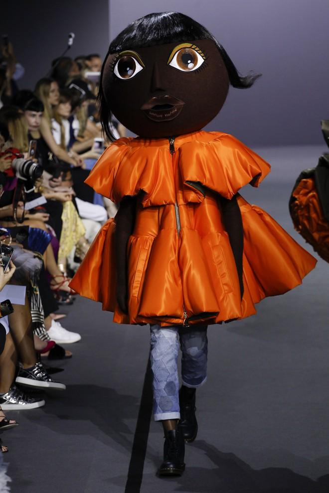 Búp bê đầu khổng lồ trên sàn diễn Haute Couture: Vừa dễ thương lại vừa dễ... sợ - Ảnh 4.