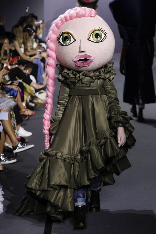 Búp bê đầu khổng lồ trên sàn diễn Haute Couture: Vừa dễ thương lại vừa dễ... sợ - Ảnh 5.
