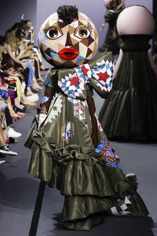 Búp bê đầu khổng lồ trên sàn diễn Haute Couture: Vừa dễ thương lại vừa dễ... sợ - Ảnh 7.