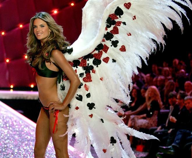 """Victoria's Secret Fashion Show 2017 kết thúc có thể cũng là lúc Alessandra Ambrosio """"nghỉ hưu"""" - Ảnh 5."""