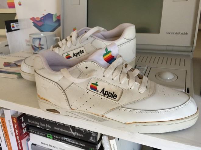 Iphone thì ai cũng mua được nhưng sneaker 340 triệu của Apple thì chưa chắc! - Ảnh 2.