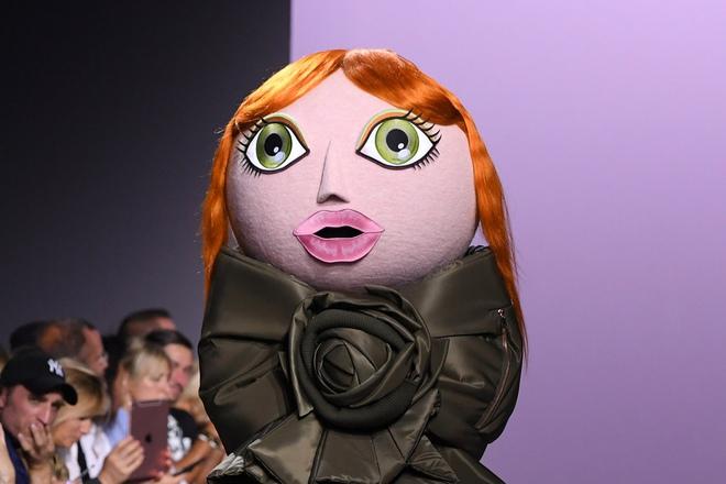 Búp bê đầu khổng lồ trên sàn diễn Haute Couture: Vừa dễ thương lại vừa dễ... sợ - Ảnh 2.
