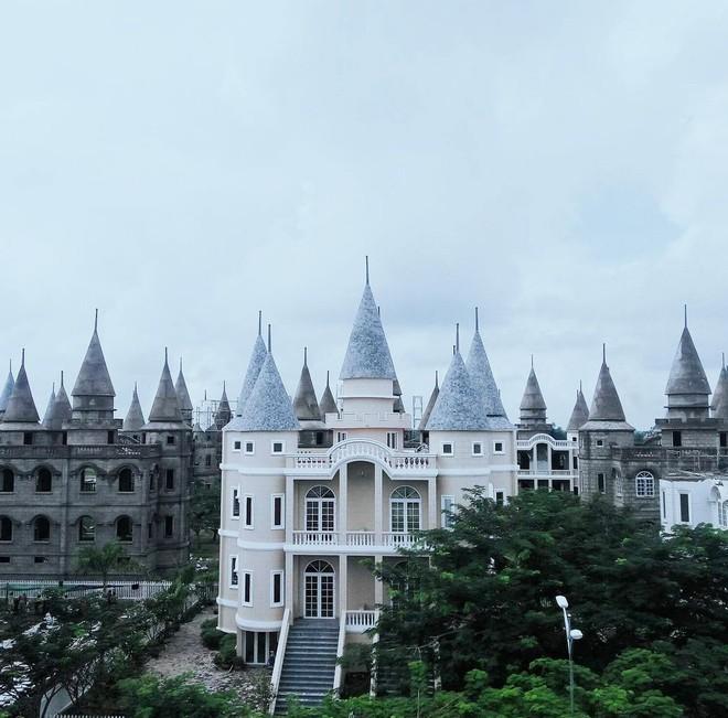 Ở Hậu Giang có một ngôi trường giống hệt học viện Phù thủy Hogwarts trong Harry Potter! - Ảnh 1.