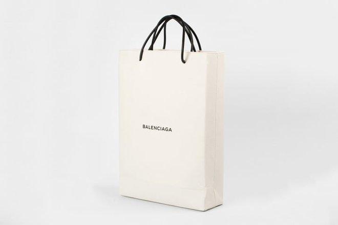 Hai chiếc túi giống hệt nhau của Balenciaga: một cái cho không, một cái giá... 25 triệu đồng! - Ảnh 2.