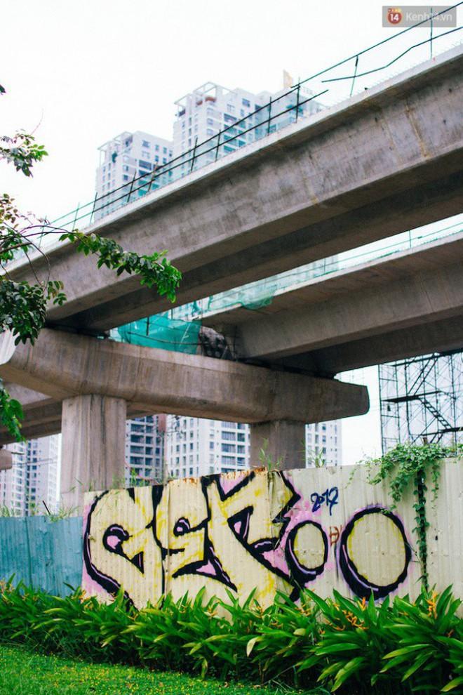 """Khi """"graffiti nửa mùa"""" xuất hiện tràn lan ở Sài Gòn: Đến cả những tấm pano rất đẹp cũng đã bị bôi bẩn - Ảnh 10."""