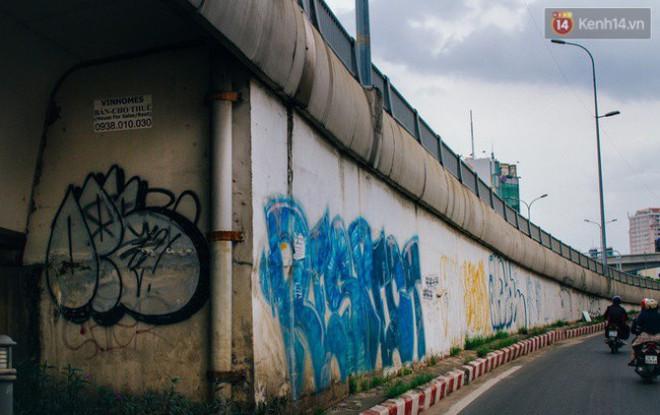 """Khi """"graffiti nửa mùa"""" xuất hiện tràn lan ở Sài Gòn: Đến cả những tấm pano rất đẹp cũng đã bị bôi bẩn - Ảnh 11."""