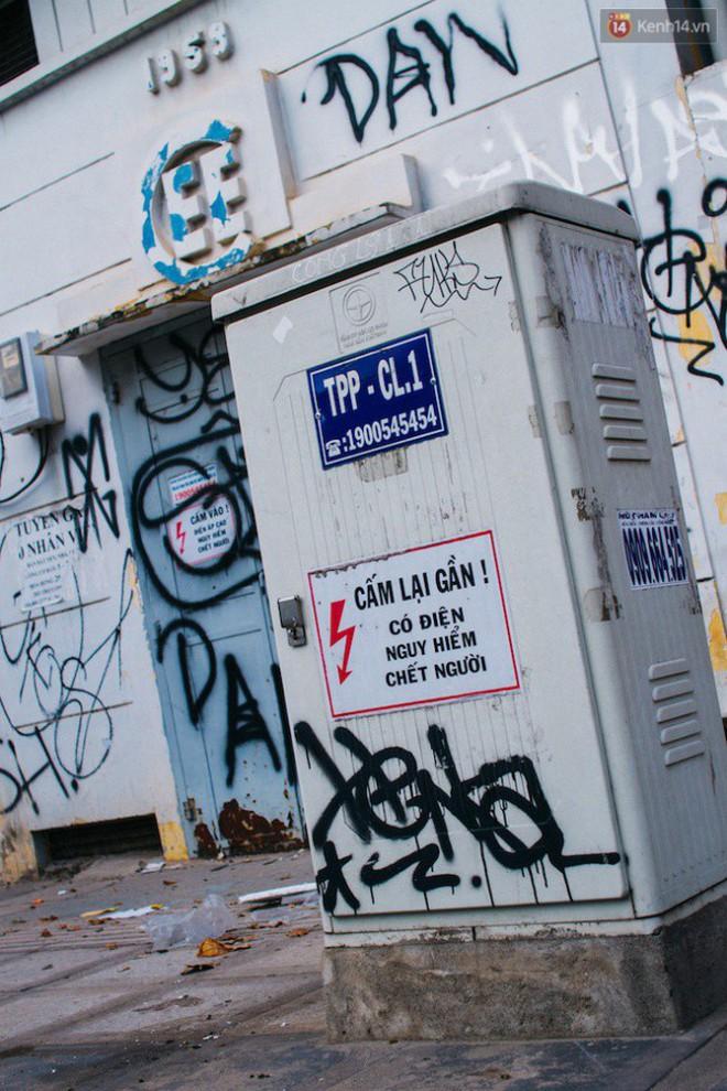 """Khi """"graffiti nửa mùa"""" xuất hiện tràn lan ở Sài Gòn: Đến cả những tấm pano rất đẹp cũng đã bị bôi bẩn - Ảnh 6."""