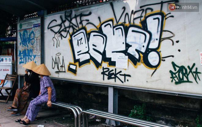 """Khi """"graffiti nửa mùa"""" xuất hiện tràn lan ở Sài Gòn: Đến cả những tấm pano rất đẹp cũng đã bị bôi bẩn - Ảnh 7."""
