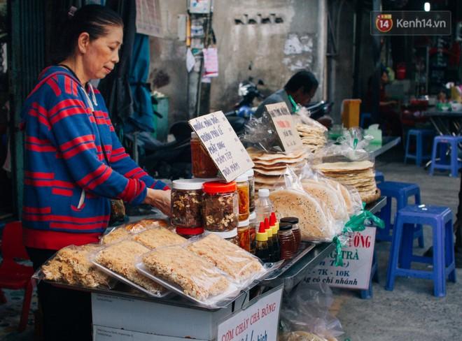 """Chùm ảnh: Ở Sài Gòn, có một khu chợ mang tên Campuchia nằm trong hẻm nhỏ nhưng """"hội tụ"""" đủ hàng ăn thức uống các vùng miền - Ảnh 8."""