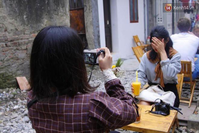 Lạ lùng nhiều vị khách cả Tây lẫn Ta vô tư ngồi giữa đường tàu ở Hà Nội để uống cà phê, chụp ảnh kỉ niệm - Ảnh 11.