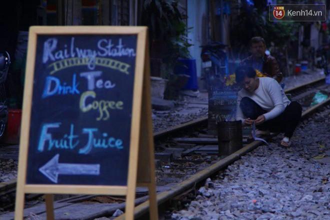 Lạ lùng nhiều vị khách cả Tây lẫn Ta vô tư ngồi giữa đường tàu ở Hà Nội để uống cà phê, chụp ảnh kỉ niệm - Ảnh 8.