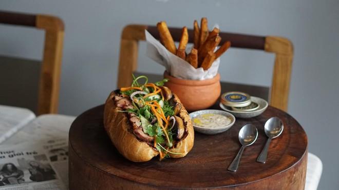 Sài Gòn có chiếc bánh mì giá 2,3 triệu: cùng vào tận bếp để xem họ đã làm những gì mà đắt thế - Ảnh 10.