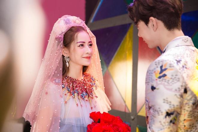 Thời trang trong MV của Chi Pu: là chơi lố hay phong cách màu mè có chủ đích rõ ràng? - Ảnh 5.