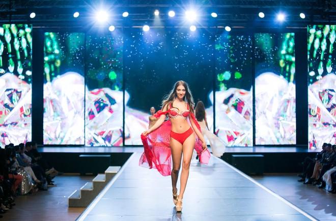 Đêm Hội Chân Dài: Ngọc Trinh khoe dáng nõn nà với nội y, không còn làm Thiên thần Victorias Secret - Ảnh 18.