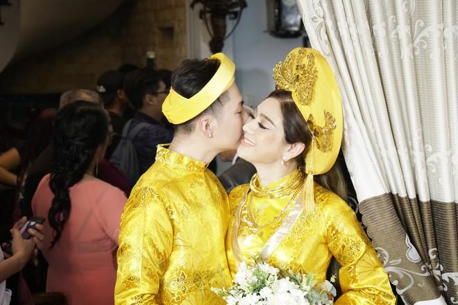Lâm Khánh Chi chơi lớn thay đến 5 bộ váy tà dài quét đất chẳng khác nào đi thảm đỏ sự kiện trong đám cưới - Ảnh 2.