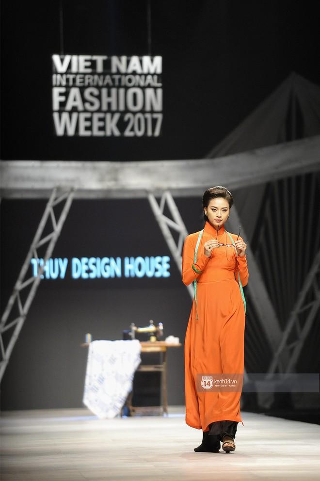VIFW ngày 2: Chị đại Ngô Thanh Vân mở màn xuất sắc cho BST Cô Ba Sài Gòn của Thuỷ Design House - Ảnh 3.