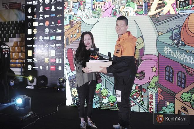 Giới trẻ Việt thi nhau mặc hoodie trăm triệu của Louis Vuitton x Supreme và đồ streetwear đắt đỏ tới Sole Ex 2017 - Ảnh 29.
