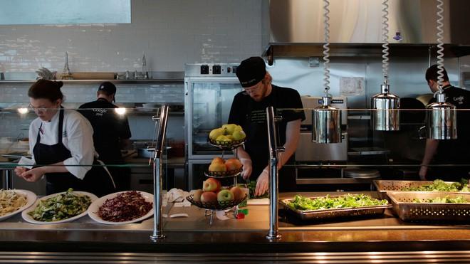 Vì sao nhiều công ty công nghệ lớn luôn cung cấp đồ ăn đã ngon lại còn miễn phí cho nhân viên? - Ảnh 2.