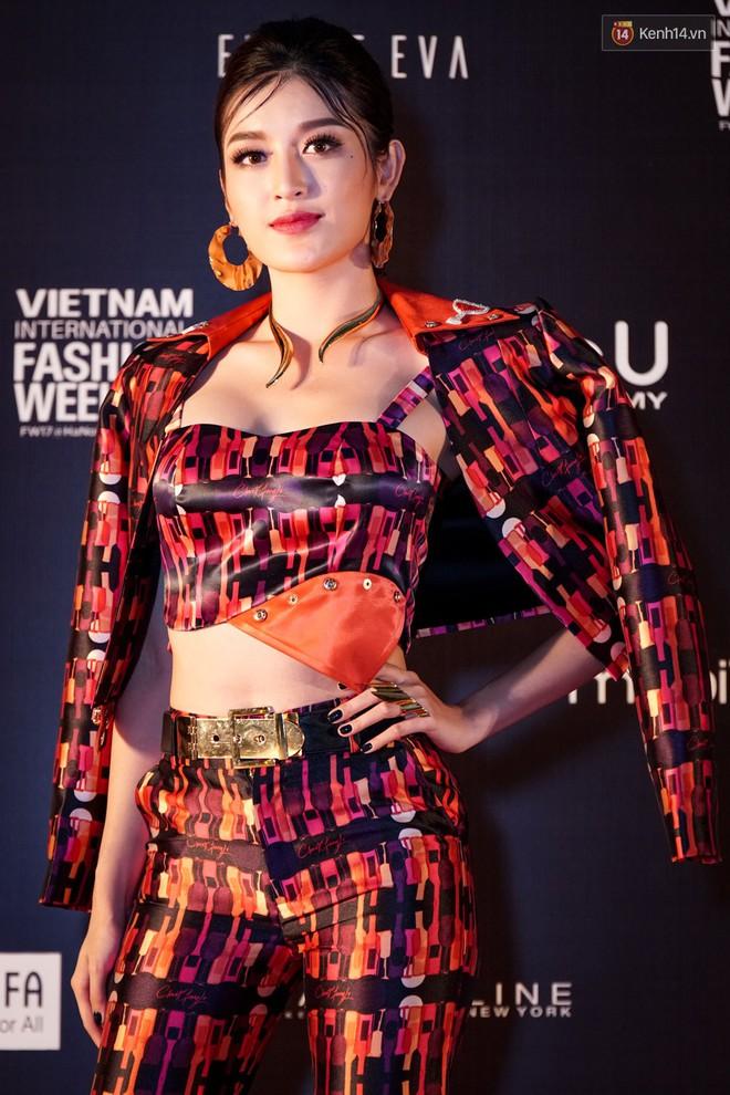 Cùng khoe ngực đầy eo thon, Huyền My và Đồng Ánh Quỳnh bất phân thắng bại trên thảm đỏ VIFW ngày 3 - Ảnh 2.