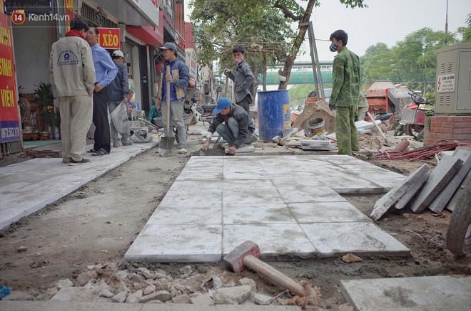 Sau một thời gian ngắn đi vào sử dụng, đá lát vỉa hè Hà Nội được quảng cáo bền tới 70 năm đã hư hỏng hàng loạt - Ảnh 9.