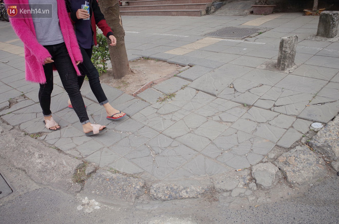 Sau một thời gian ngắn đi vào sử dụng, đá lát vỉa hè Hà Nội được quảng cáo bền tới 70 năm đã hư hỏng hàng loạt - Ảnh 1.