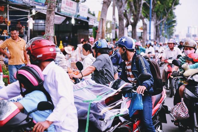 Hàng chục gian hàng gần sân bay Tân Sơn Nhất ồ ạt thanh lý chó, gà, cây cảnh, giao thông Sài Gòn hỗn loạn - Ảnh 12.