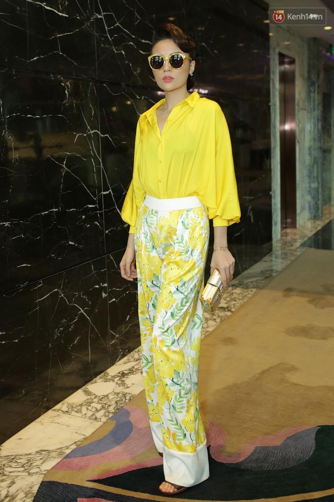 Bộ đôi Hoa hậu Kỳ Duyên - Mỹ Linh đọ sắc với tông vàng rực rỡ tại show thời trang - Ảnh 1.