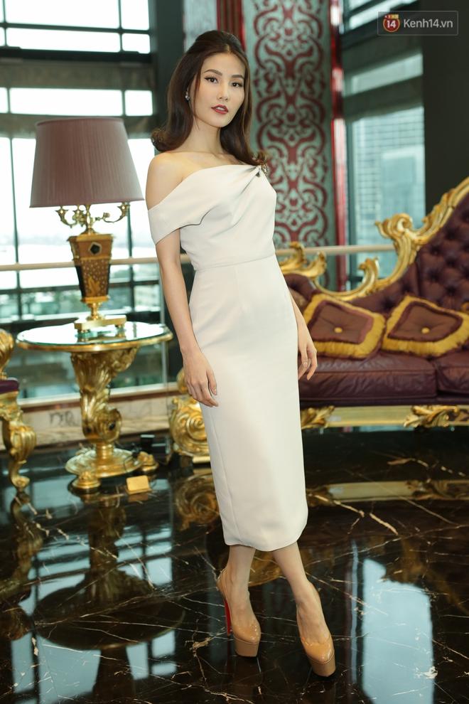 Bộ đôi Hoa hậu Kỳ Duyên - Mỹ Linh đọ sắc với tông vàng rực rỡ tại show thời trang - Ảnh 14.