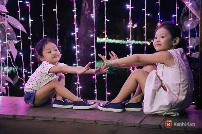 Hàng trăm bạn trẻ đổ xô về khu vườn ánh sáng lung linh độc nhất Sài Gòn giữa tiết trời se lạnh - Ảnh 4.