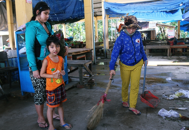 Người mẹ quét rác và 2 đứa trẻ thiểu năng suốt 10 năm ôm con gấu bông rách vì tưởng là… bố - Ảnh 5.