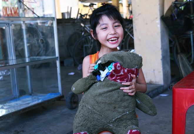 Người mẹ quét rác và 2 đứa trẻ thiểu năng suốt 10 năm ôm con gấu bông rách vì tưởng là… bố - Ảnh 16.