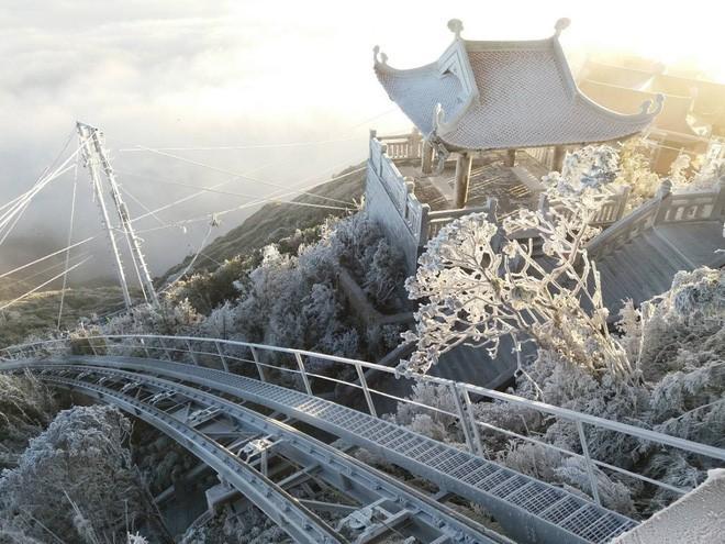 Clip: Toàn cảnh tuyết phủ trắng Fansipan đẹp như cổ tích khiến dân mạng xôn xao 2