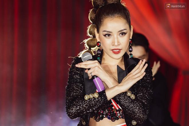 """Chi Pu hát live ca khúc """"Talk to me"""", khoe vòng 1 bốc lửa trên sân khấu"""