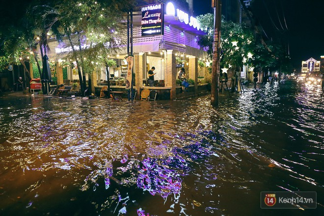 Sài Gòn mưa lớn trước bão số 14, cửa ngõ sân bay Tân Sơn Nhất kẹt xe kinh hoàng 5